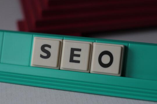 Buchstabenplättchen bildet das Wort SEO - Suchmaschinenoptimierunng