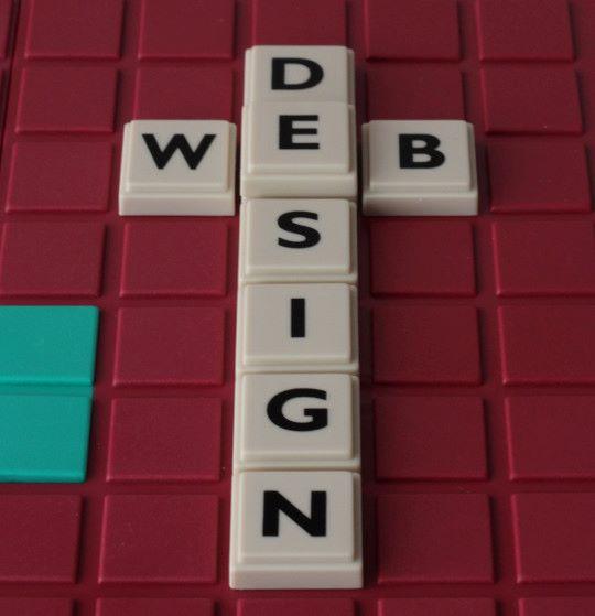 Fotografie Buchstaben bilden ein Kreuz und das Wort Webdesign.