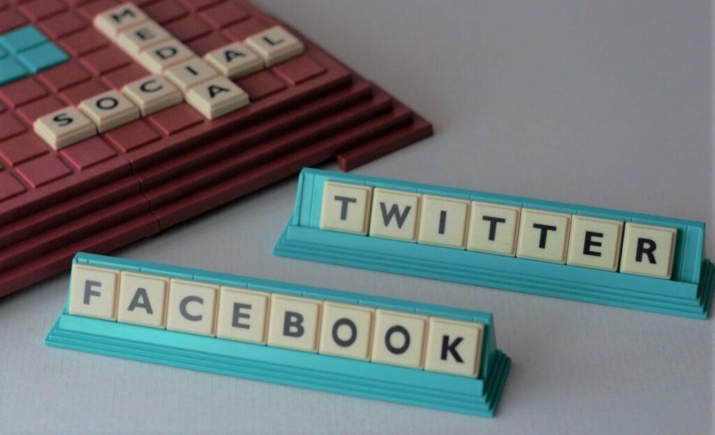 Bild zeigt Buchstabenplatten, auf denen die Namen von zwei wichtigen Soziale Plattformen stehen. Twitter und Facebook