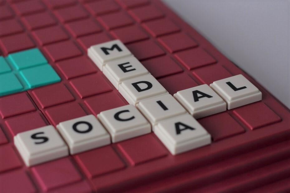 Buchstabenplatten bilden einen Mix aus Social und Media