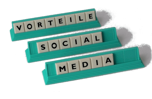 Buchstabenplatten bilden die Worte Vorteile Social Media